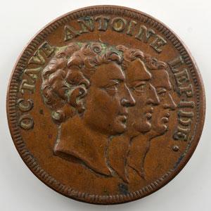 Jeton en bronze   31.5mm   Octave, Antoine, Lépide   Partage de l'Empire    TTB+